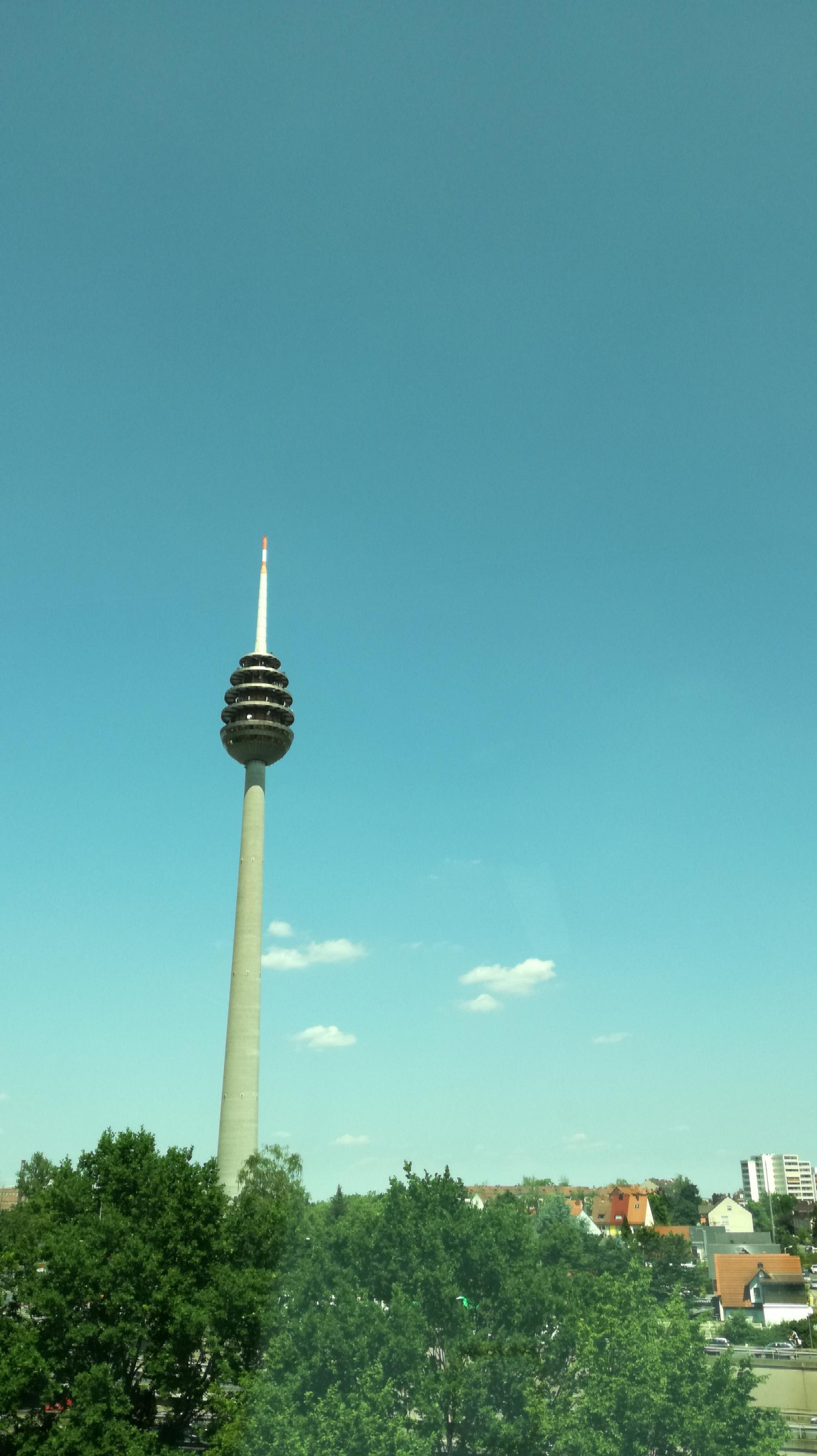 Die Farben von Nürnberger Fernsehturm kommen nicht durch einen Filter vom Handy, sondern durch getönte Glasscheiben. |Johannes Ulrich Gehrke