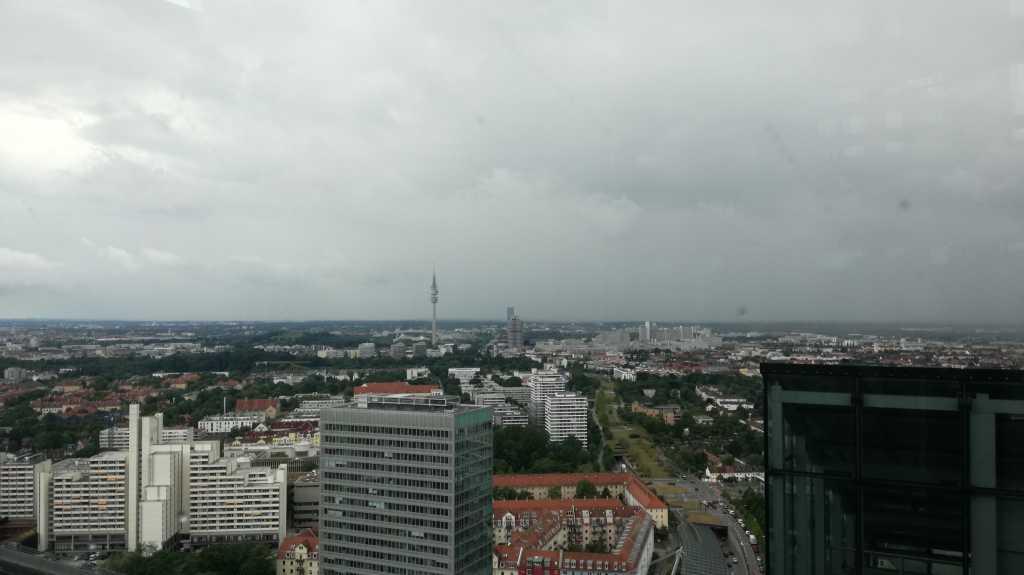 Der Turm hinten ist der Olympia Turm, eine Daumenbreite rechts der BMW Tower. Außerdem im Bild: andere Gebäude! |Johannes Ulrich Gehrke