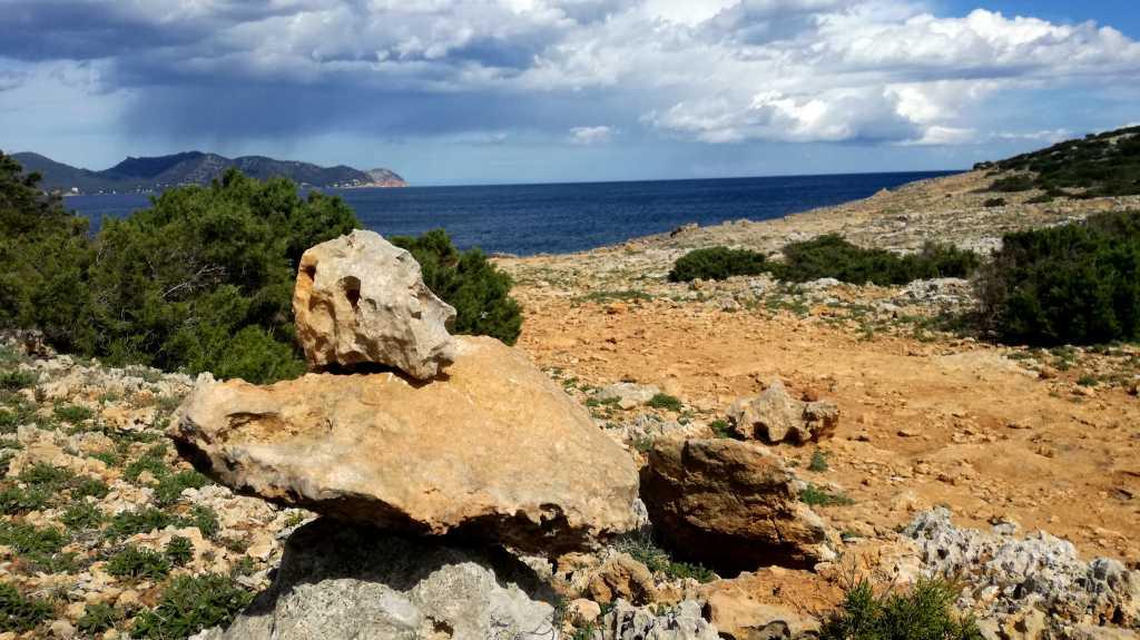 An der Steinküste kann man kleine Türmchen bauen |Johannes Ulrich Gehrke