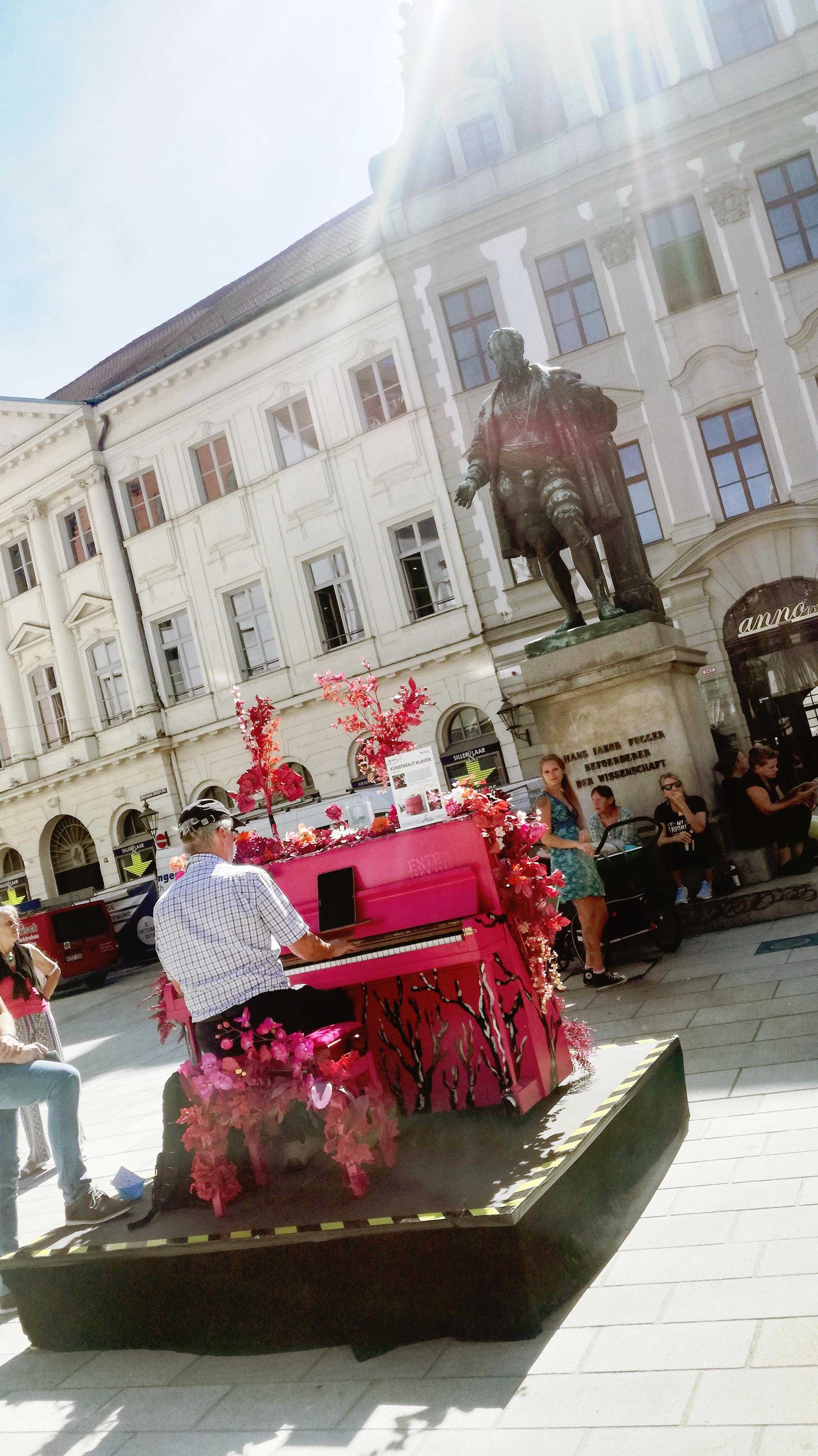 Public Piano an dem jeder Spielen darf  Johannes Ulrich Gehrke