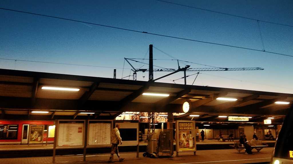 """Blau / Orange""-Kontrast am Augsburger Bahnhof |Johannes Ulrich Gehrke"