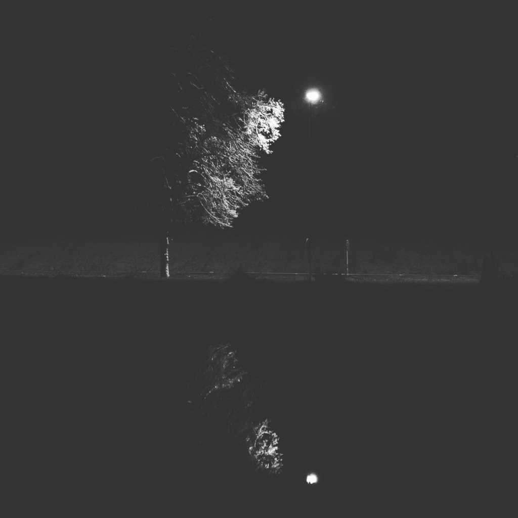 Das Licht ist eine Straßenlampe am Wertachkanal |Johannes Ulrich Gehrke
