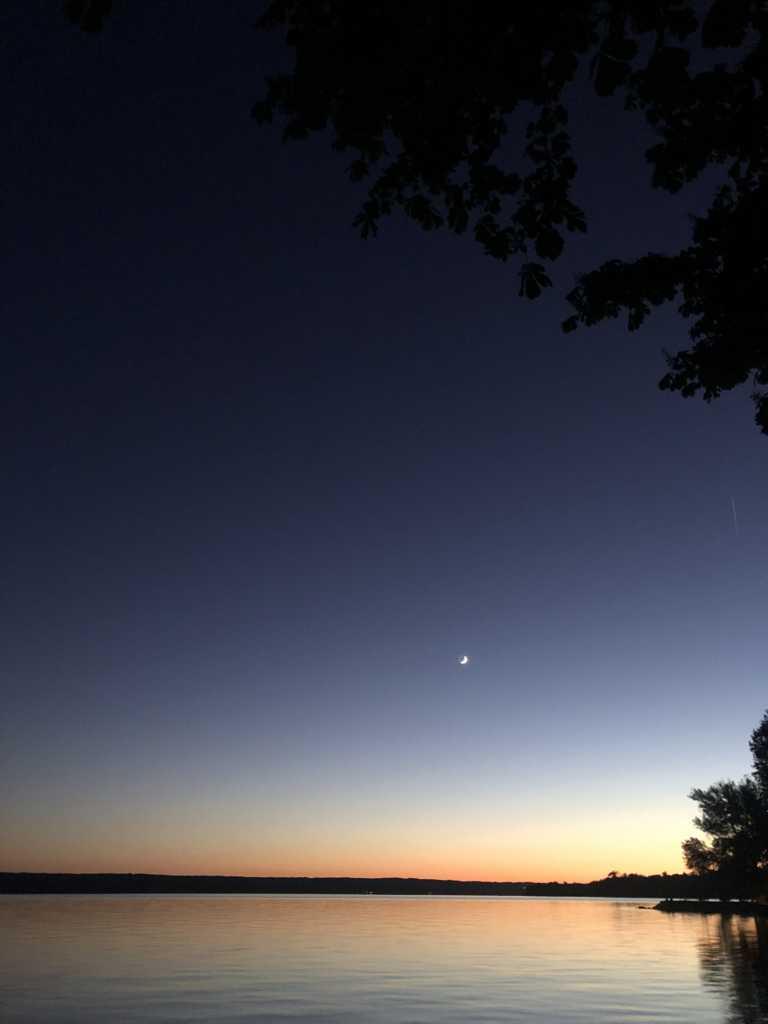 Der Mond ist bereits über dem Ammersee zu sehen |Johannes Ulrich Gehrke